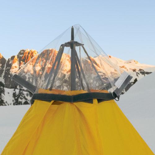 Regendach (Rain Ceiling™) am modularen Shelter befestigt